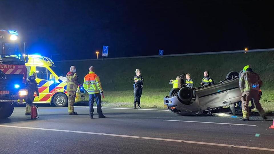 Auto slaat over kop bij Sint Joost: inzittenden kruipen er zelf uit