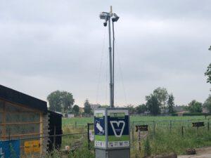 De bewuste mast met bewakingscamera's