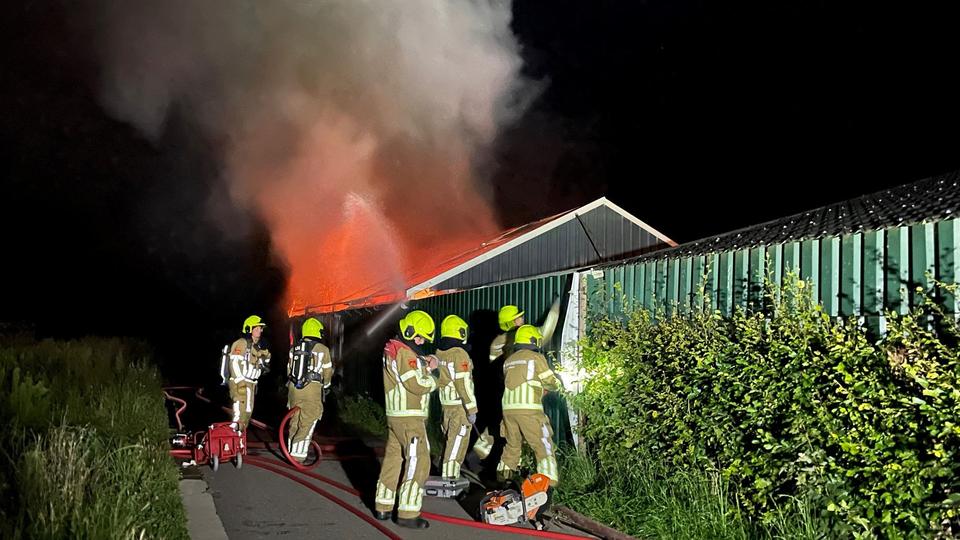 Stal vol hooi en machines uitgebrand in Echt