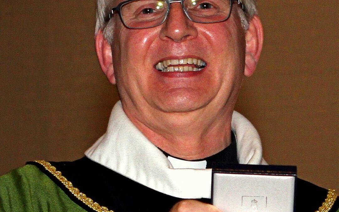 Zilveren erepenning van de gemeente Echt-Susteren voor pastoor Kanke