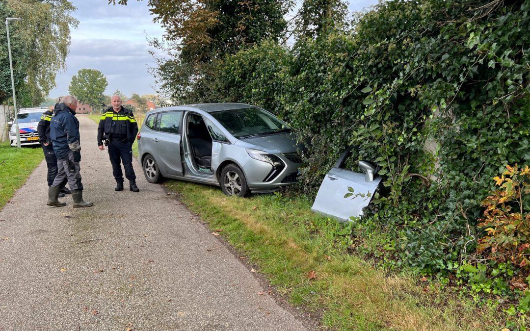 Vrouw onwel achter stuur in Susteren: auto tegen schuttingmuur